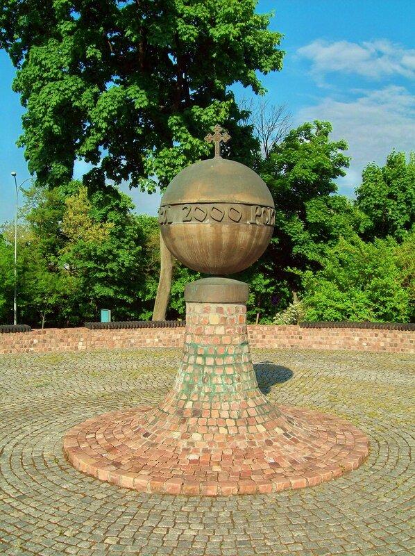 Памятный знак в честь 2000-летия от Рождества Христова на площади Андрея Первозванного