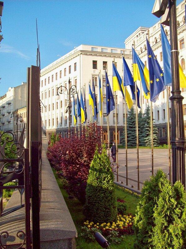 Флаги перед резиденцией президента Украины