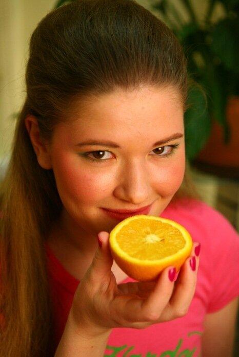 Девочка с апельсином