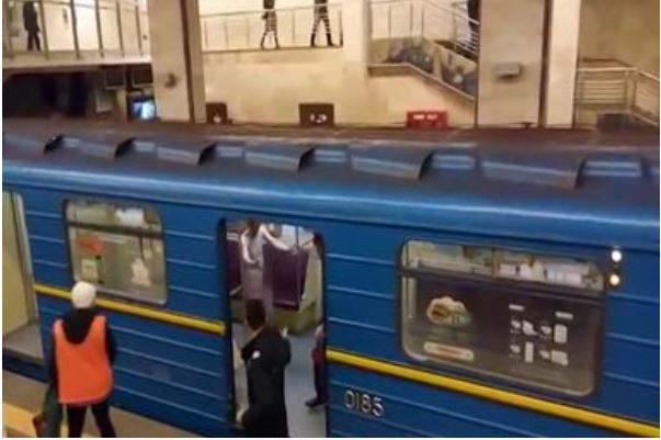 Обнаженному мужчине недали угнать поезд метро вКиеве (18+)
