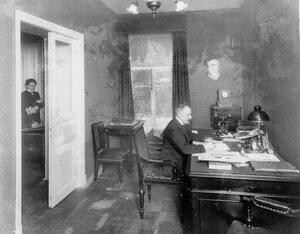 Заведующий отделом страхового товарищества Саламандра (Гороховая ул.,6) в кабинете за письменным столом.