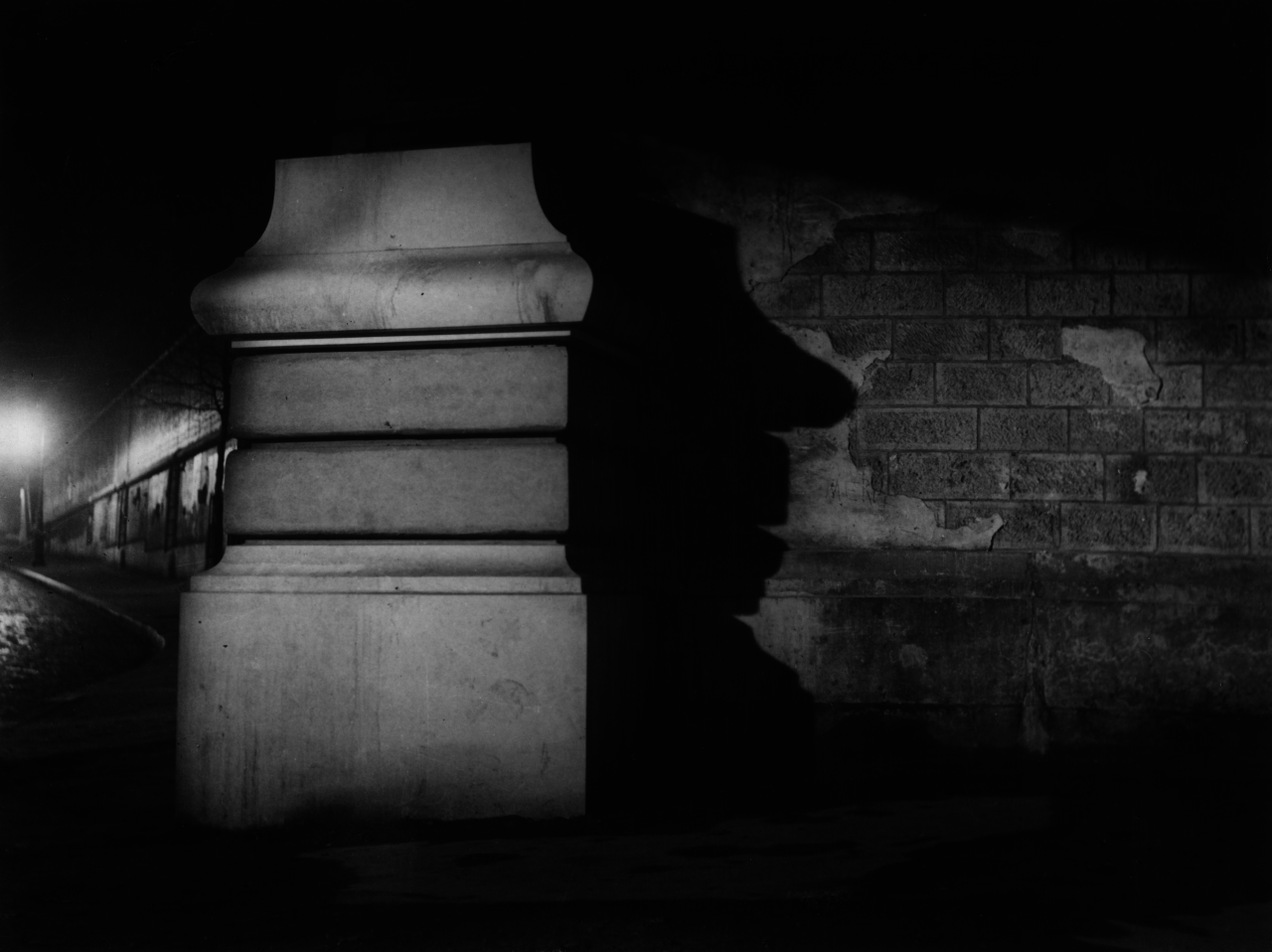 1934. Столб у станции метро Корвизар