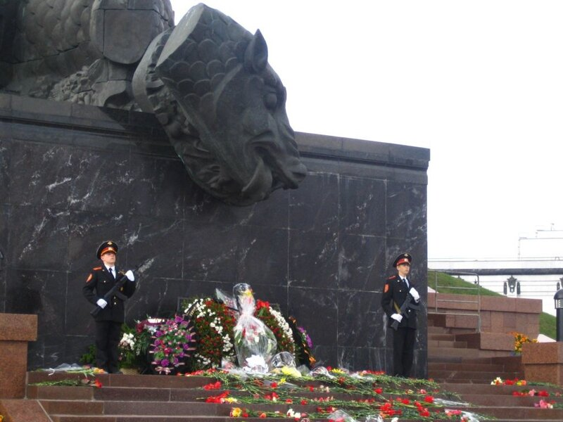 Почетный караул у Монумента Победы