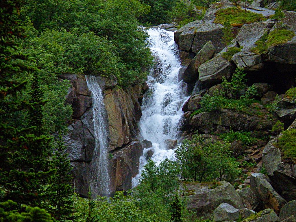 Верхний водопад Горных Духов, издали