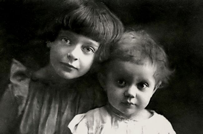 Ариадна слева и Ирина Эфрон.jpg