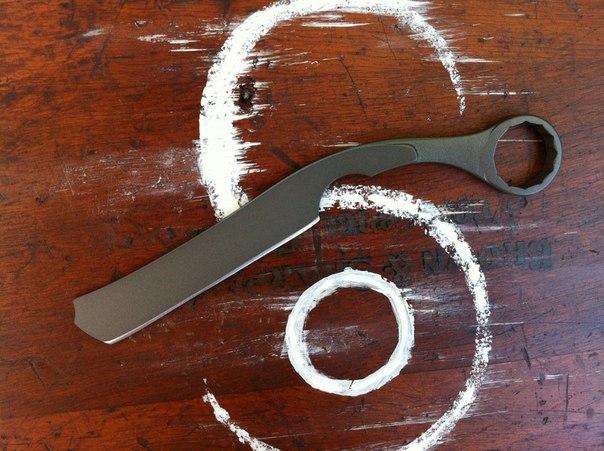 Нож выкованный из универсального гаечного ключа, имеет булатный рисунок, на фото плохо различимый.