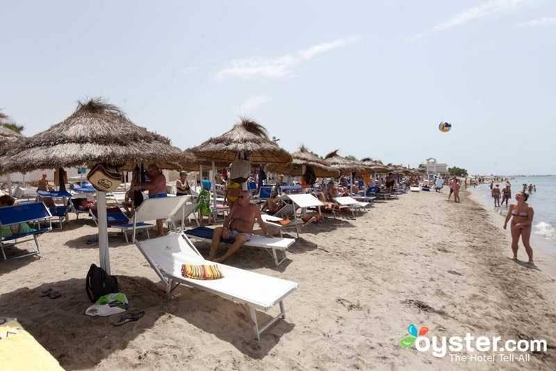 2. Реальность: пляж набит отдыхающими, как банка сардинами.