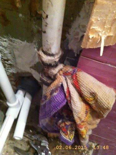 Слили стояк, открутили клапан. Внизу виден тоннель в ванную
