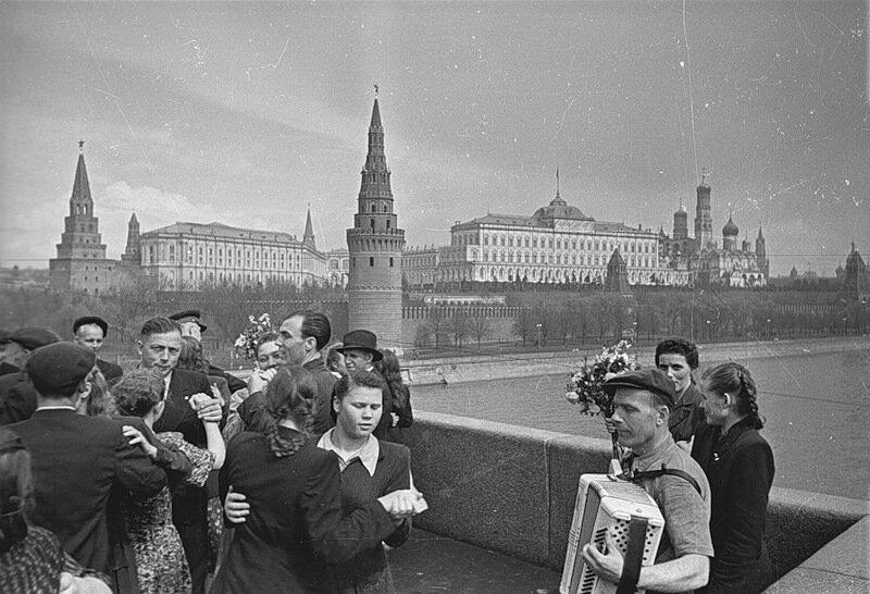 1930-е гг. Народные гуляния на новом Большом каменном мосту. фотоархив Ю.Медведевой
