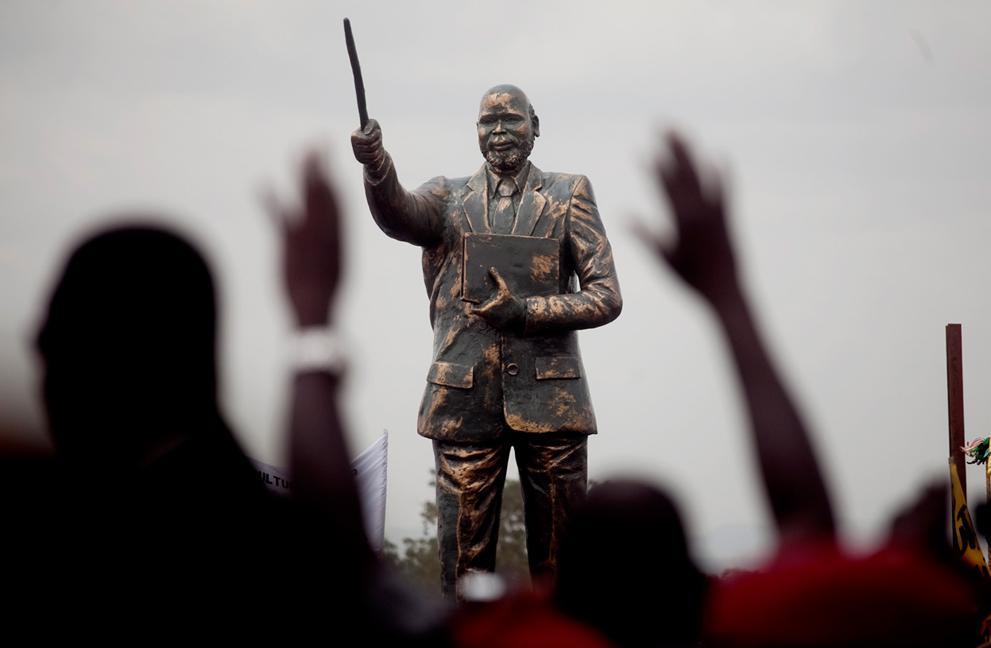 19. Жители Южного Судана празднуют первый день независимости перед статуей лидеру Народной армии осв