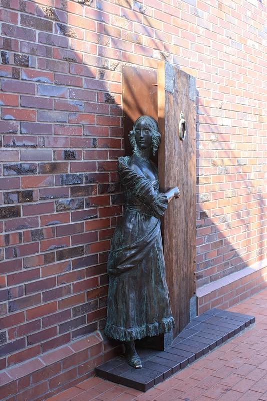 Памятник кухарке, которую наконец-то пригласили на свидание (выглядывает из-за двери, боясь пропустить милого)