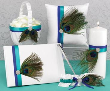 Декор свадебных аксессуаров павлиньими перьями