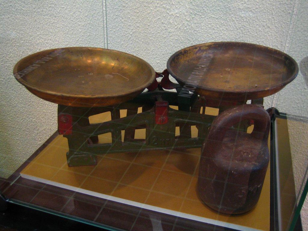 Механические торговые весы с гирями
