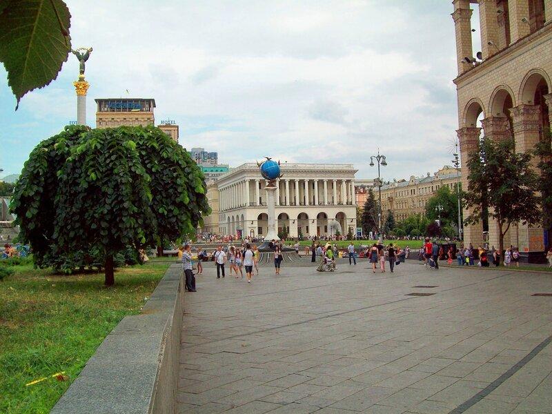 Майдан Незалежности в районе Главпочтамта