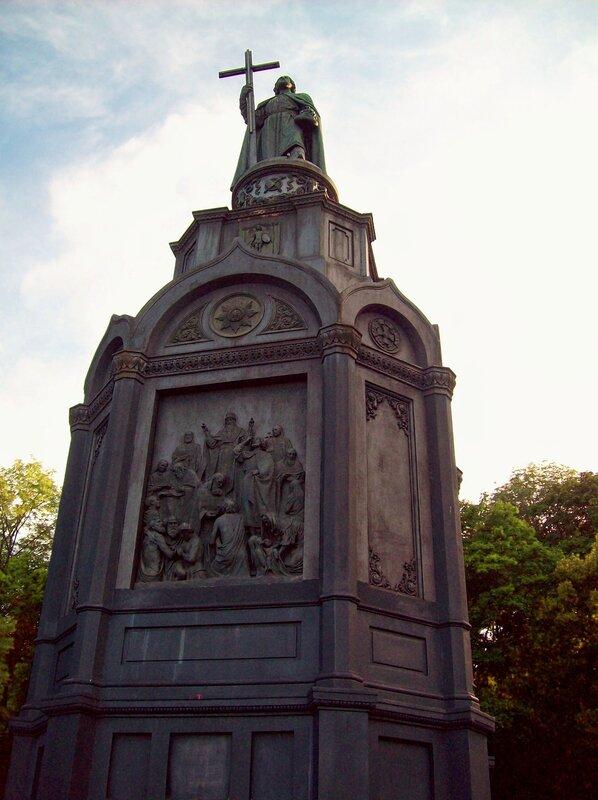 Верхний памятник Владимиру Кретителю