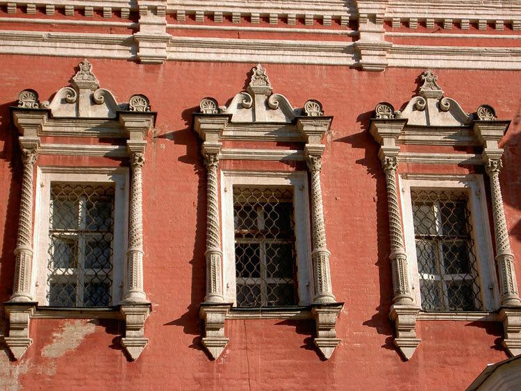 Церковь Введения в Барашах. Наличники верхнего яруса с решётками. 1688 год.