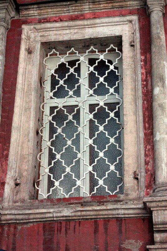 Церковь Введения в Барашах. Новые решётки на окнах абсиды.