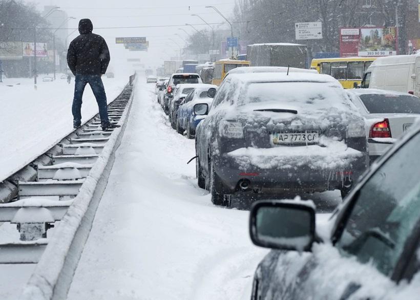Сильный снегопад парализовал дорожное движение Украины 0 13d2d4 42c37a01 orig