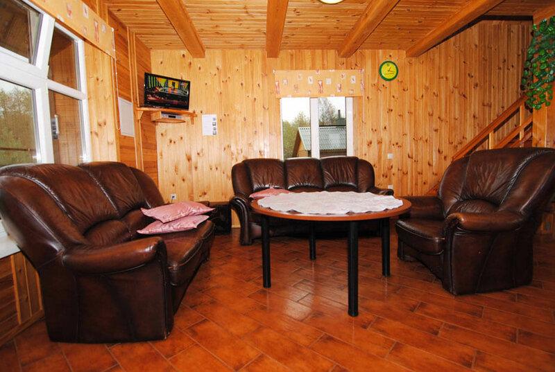 Гостиная с диваном и двумя креслами