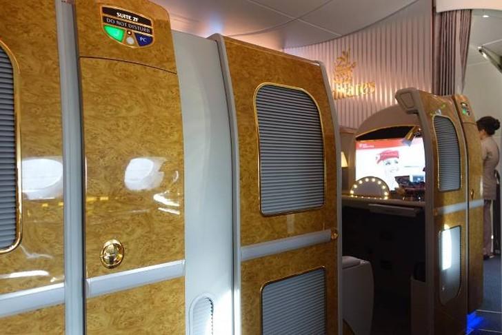 17. После завтрака я продолжил изучать свой люкс. Большинство Emirates Suite оборудовано автоматичес
