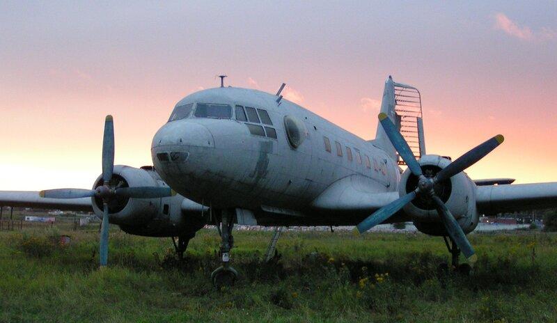 Ил-14Т  s/n 147001647 на Тушинском аэродроме в лучах вечернего заката