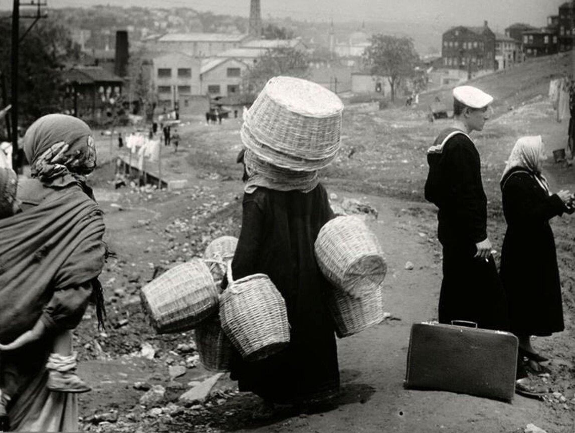 Торговка корзинами в Стамбуле