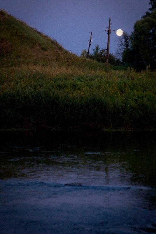 фото ночного пейзажа с рекой и луной