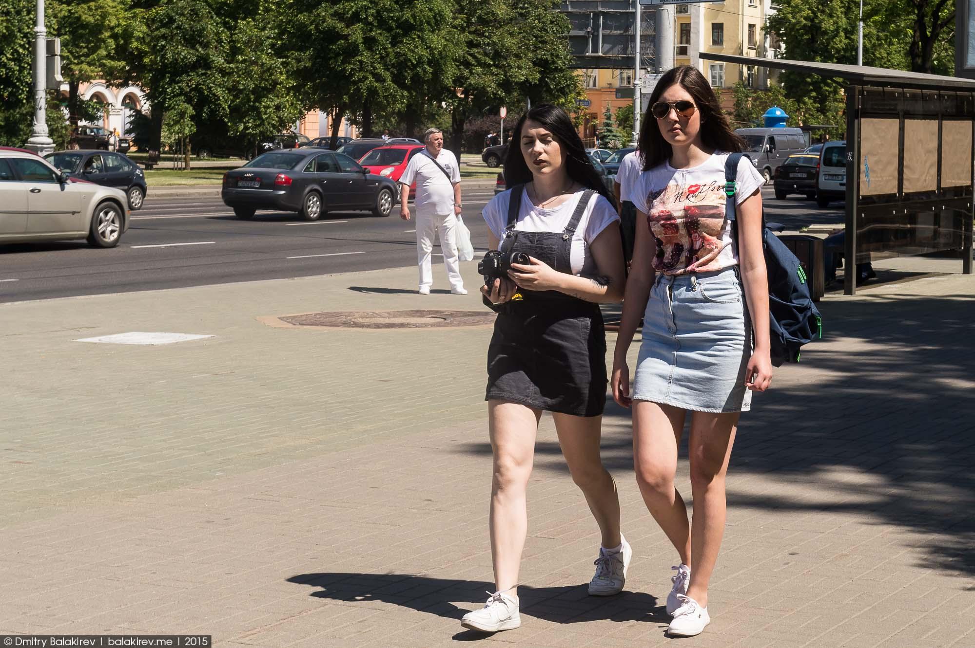 Женщины снимающие юбки фото