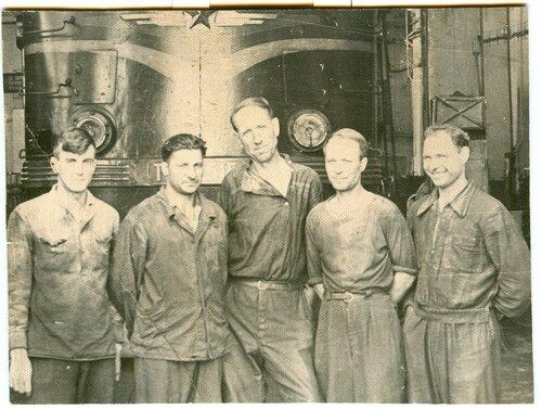 Бригада цеха подъемки у тепловоза ТЭ3-2515 (?), депо Петропавловск, 1959.jpg