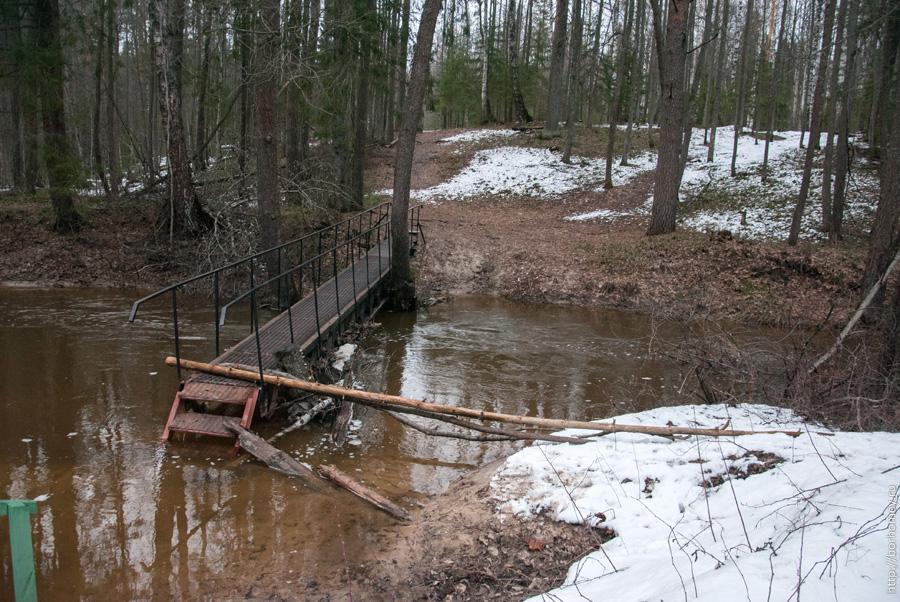 пешеходный мост затоплен