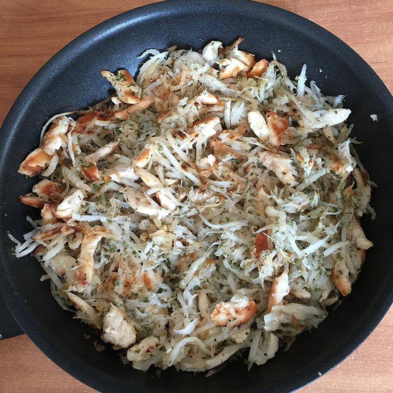 Тёплый салат из дайкона с курицей