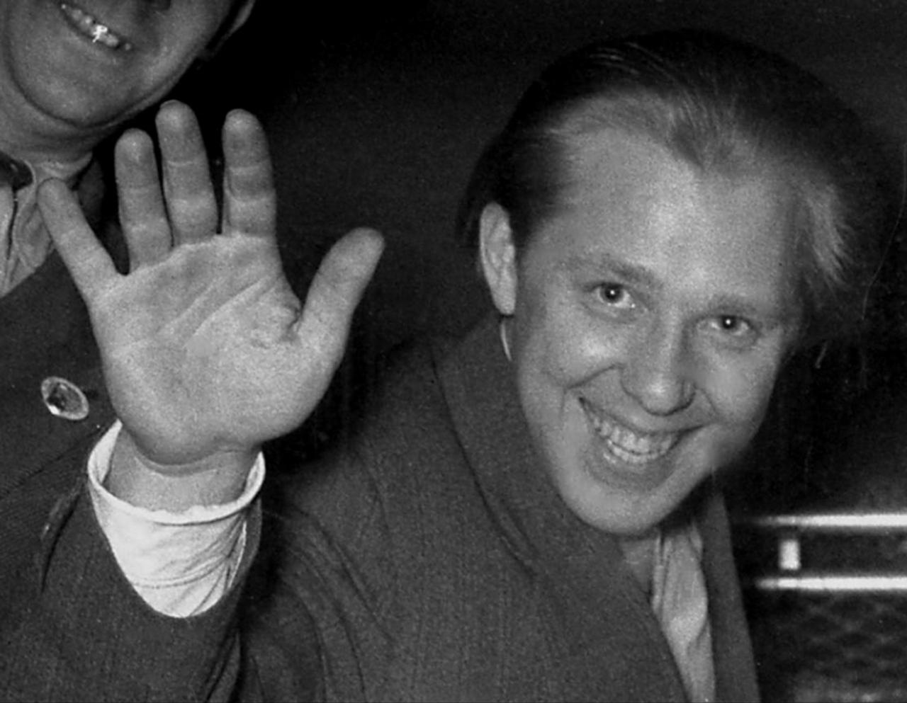 1956. Знаменитый клоун Попов из московского цирка прибыл в Париж на поезде