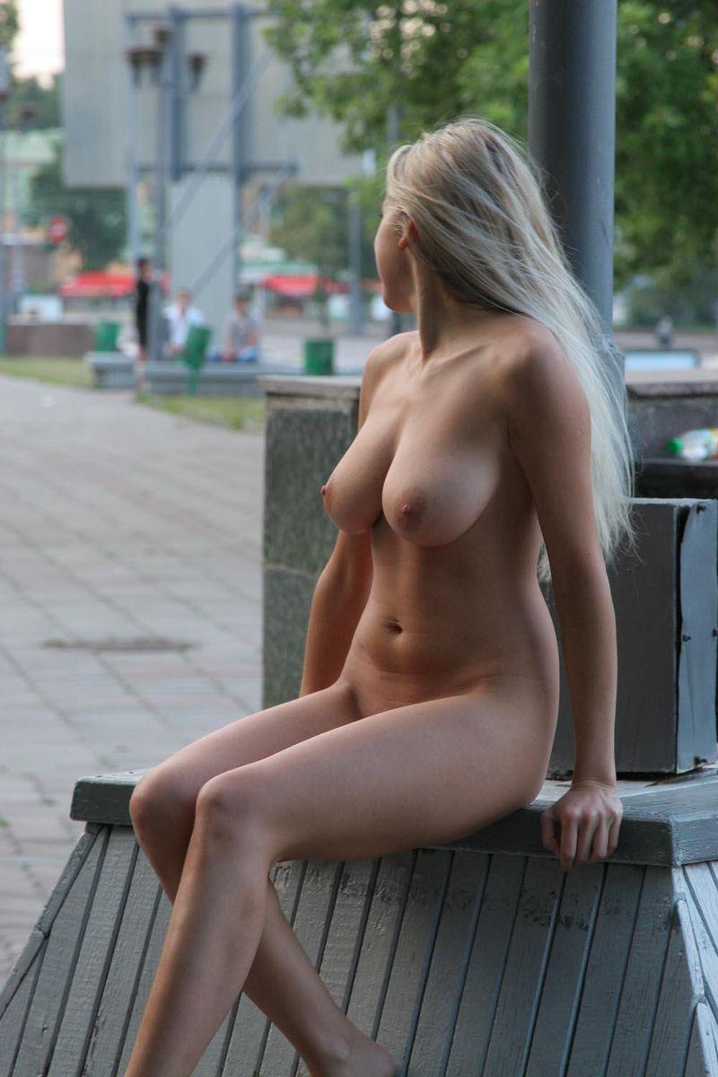 Русская девушка позирует на улице 23 фотография