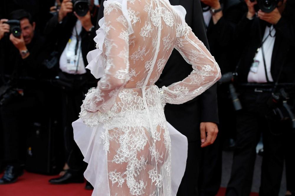 Сара Сампайо в просвечивающем платье
