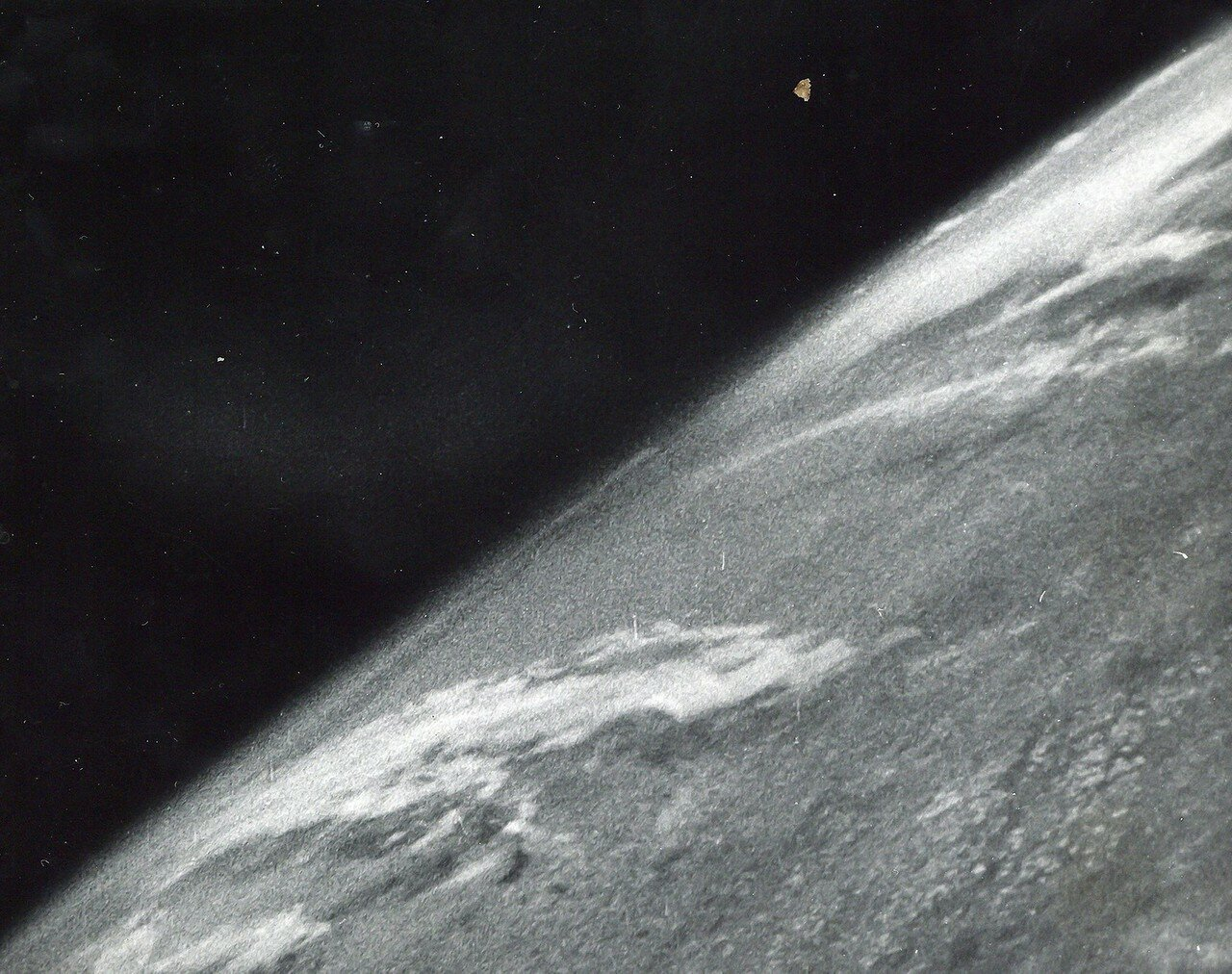 02. 1946, 24 октября. Первая фотография Земли из космоса была получена 24 октября 1946. Запущенная в США с полигона White Sands автоматическая ракета V-2 вышла на суборбитальную траекторию с апогеем 105 км и сделала серию снимков Земли