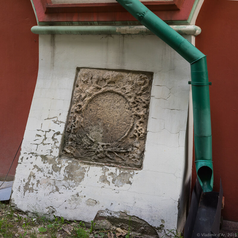 Пристенные надгробия. Храм Богоявления Господня Богоявленского монастыря в Китай-городе.