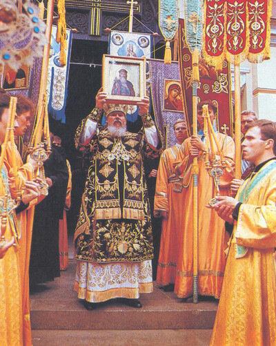 Патриарх Алексий II благословляет паству со ступеней Владимирского собора