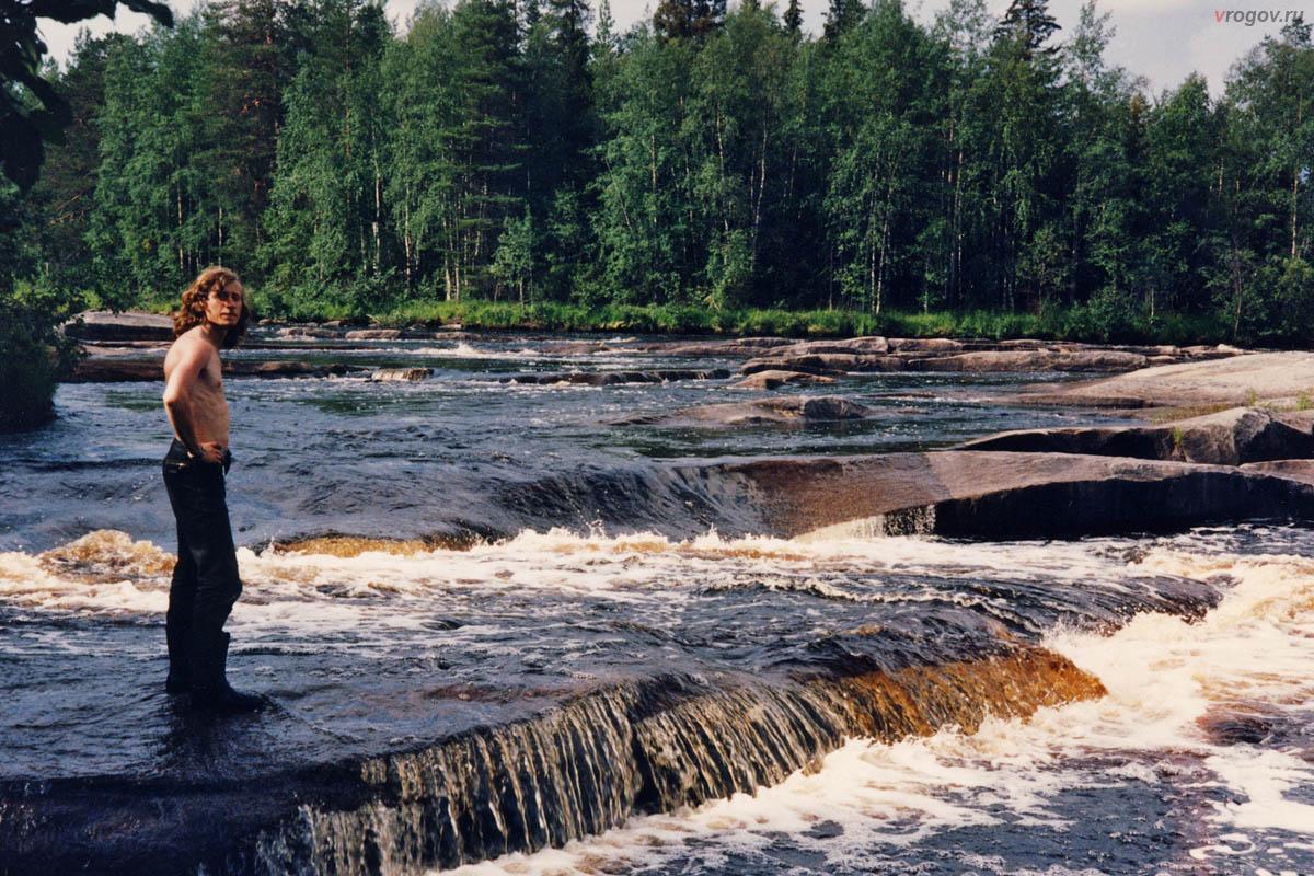 На пороге Мостовом много красивых гранитных плит и водопадиков.