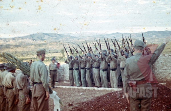stock-photo-german-afrika-korp-military-funeral-in-tunisia-1942-flag-on-coffin-tropical-uniform-and-helmet-11596.jpg