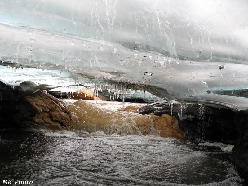 Ручей утекает под лёд