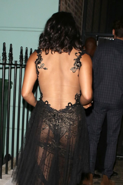 Ванесса Уайт в просвечивающем платье