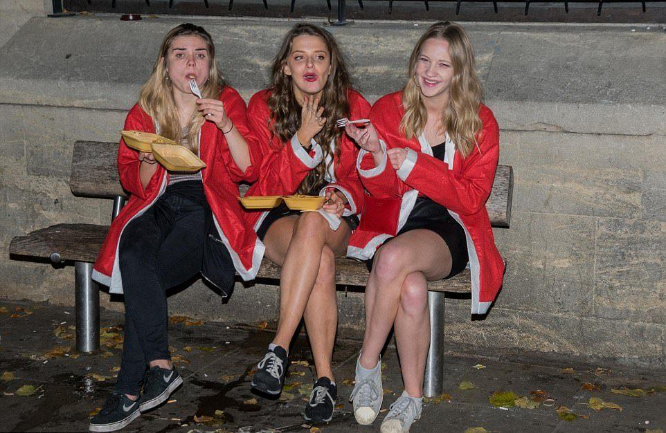 Студенты Оксфорда раздали подарки бездомным и устроили пьянку бездомным, средств, чтобы, сбора, Мероприятие, барам, клубам, организовано, помочь, погуляли, славу, уточняется, денег, Сколько, собрали, променад, устроили, Оксфорда, раздавали, студенты