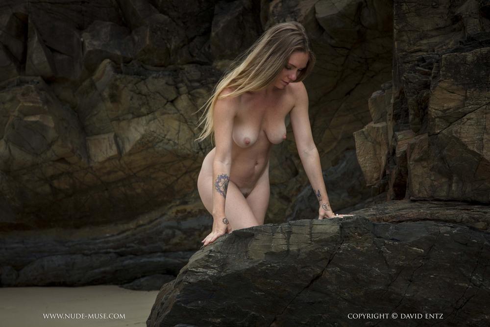 Обнаженная Venus Rose на скалистом берегу