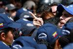 Венесуэльский лидер оппозиции и губернатор штата Миранда Энрике Каприлес принимает участие в митинге против президента Венесуэлы Николаса Мадуро в 59-ю годовщину окончания диктатуры Маркоса Переса Хименеса в Каракасе, Венесуэла, 23 января 2017 года. Фото: