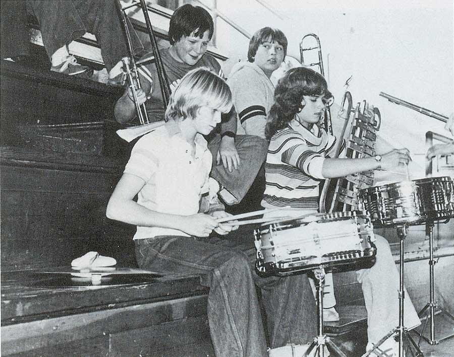 Курт Кобейн играет на барабанах в школе.