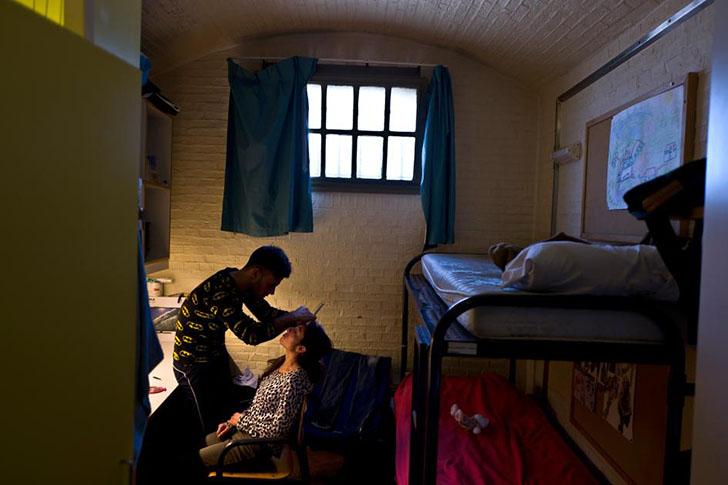 Езидский беженец Яссир Хаджи в Ираке был брадобреем. В камере, где он живет со своей женой Гербией в