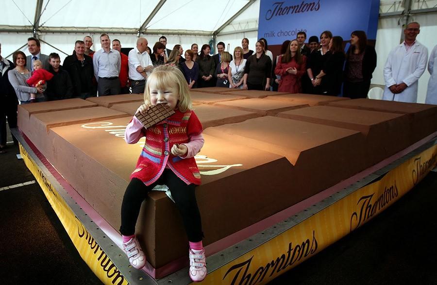 6. Самая большая плитка шоколада весила 5,8 тонны и была изготовлена на фабрике Thorntons plc в Вели