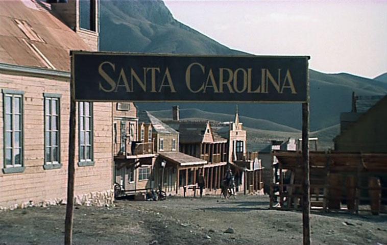 Городок Санта-Каролина воздвигли под Феодосией, в Тихой бухте. Весь городок с банком, аптекой и пуст