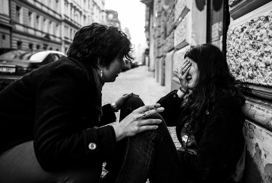 Американка плачет на улице Праги, узнав результаты выборов в США — Трамп победил. «Первый фотоаппара