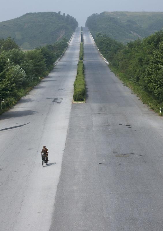 В Северной Корее можно без опаски ездить по шоссе на велосипеде.